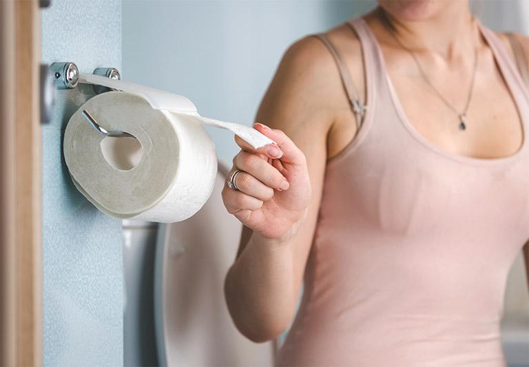 Thói quen đi vệ sinh đúng giờ cũng chính là biện pháp cải thiện bệnh trĩ cũng như tình trạng sa búi trĩ khi mang thai