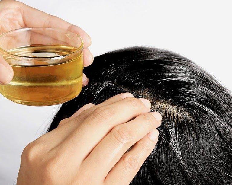 Ủ tóc bằng dầu dừa giúp tóc đen, óng mượt hơn