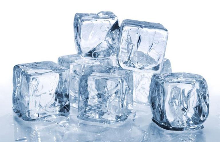 Chườm đá lạnh giúp đẩy lùi triệu chứng ngứa rát so zona thần kinh gây ra