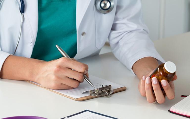 Sử dụng thuốc Tây điều trị viêm da tiếp xúc bội nhiễm theo đơn kê của bác sĩ chuyên khoa