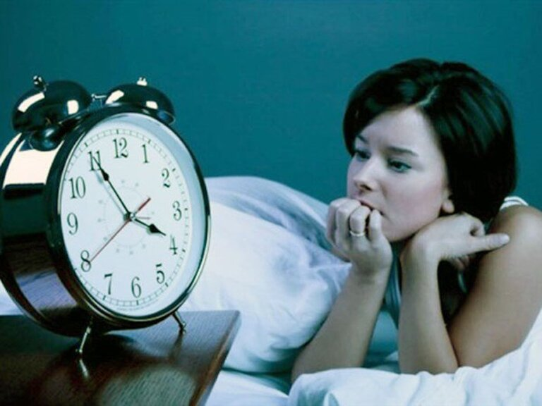 Mất ngủ là một trong những tác động thường gặp của tình trạng viêm khớp thái dương hàm.