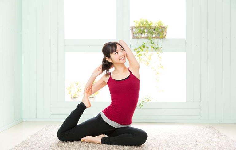 Tập yoga cũng là một cách giúp chị em giảm đau bụng kinh buồn nôn