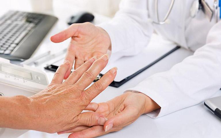 Khi nghi ngờ bản thân mắc bệnh thì bạn nên đến gặp bác sĩ tiến hành thăm khám và điều trị tích cực