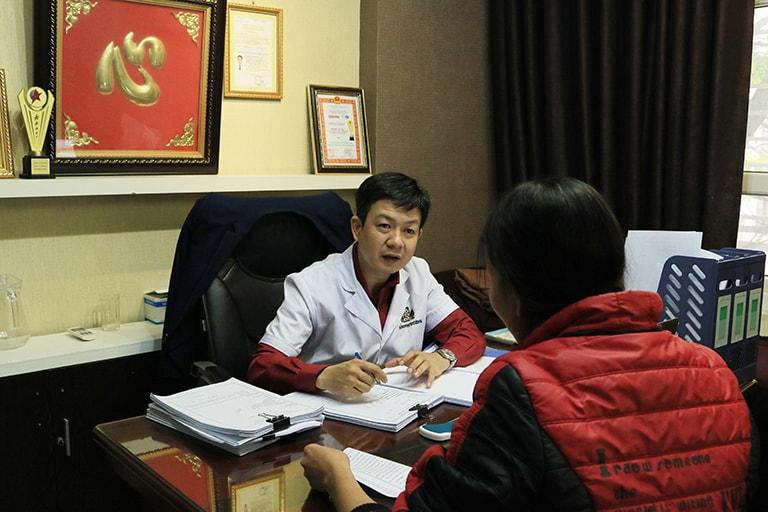 Bệnh nhân thăm khám tại nhà thuốc Đỗ Minh Đường