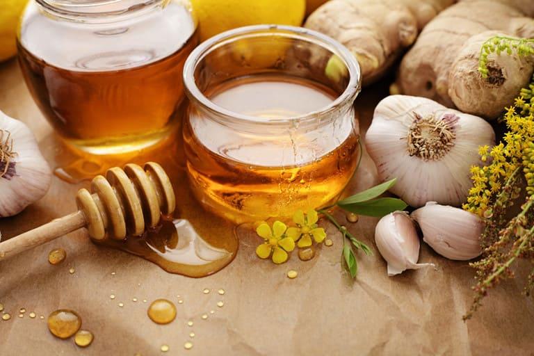 Kết hợp tỏi và mật ong vừa giúp cải thiện triệu chứng viêm mũi dị ứng vừa bảo vệ tế bào niêm mạc mũi.
