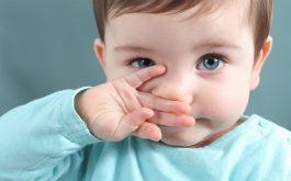 Trẻ bị nghẹt mũi có thể do yếu tố sinh lý hoặc mắc bệnh hô hấp