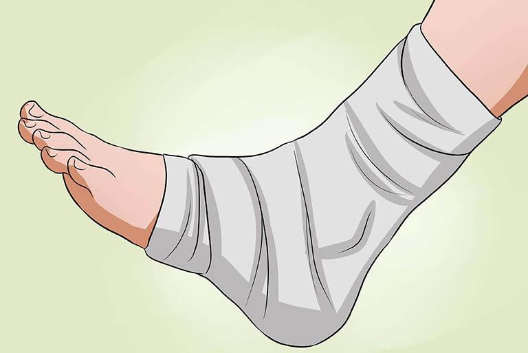 Sử dụng băng gạc cố định mắt cá chân