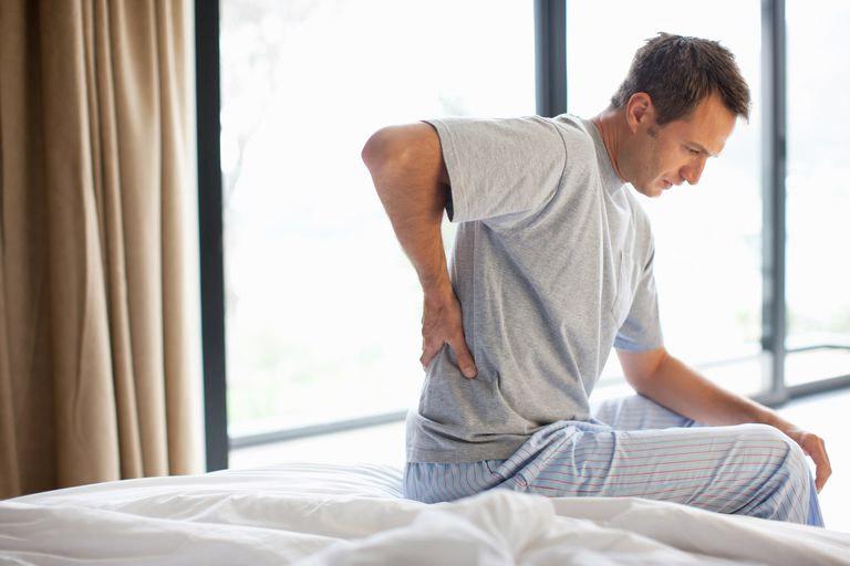 Những triệu chứng do bệnh viêm khớp cùng chậu gây ra khiến cho người bệnh thường xuyên đau nhức ở lưng dưới, hông, mông,...