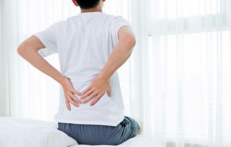 Sáng sớm khi ngủ dậy có hiện tượng cứng khớp khiến người bệnh cảm thấy vận động khó khăn