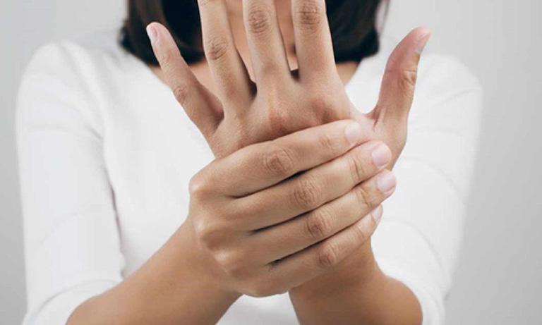 Viêm khớp phản ứng gây sưng các khớp ngón tay