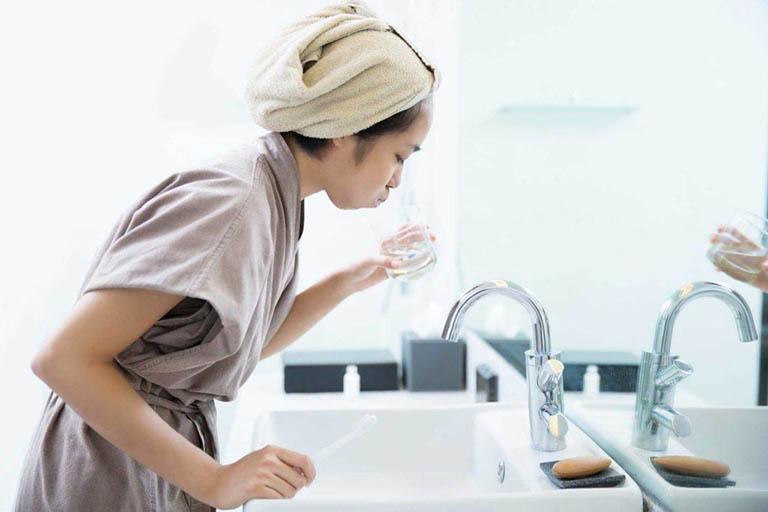 Sử dụng nước muối ấm để súc miệng