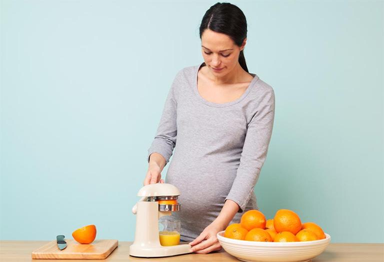 Bà bầu nên tự bổ sung nhiều nước đặc biệt là các loại nước ép giàu vitamin C có trong quả cam, quýt, bưởi,... để tăng cường sức đề kháng cũng như phòng ngừa bệnh nhiệt miệng