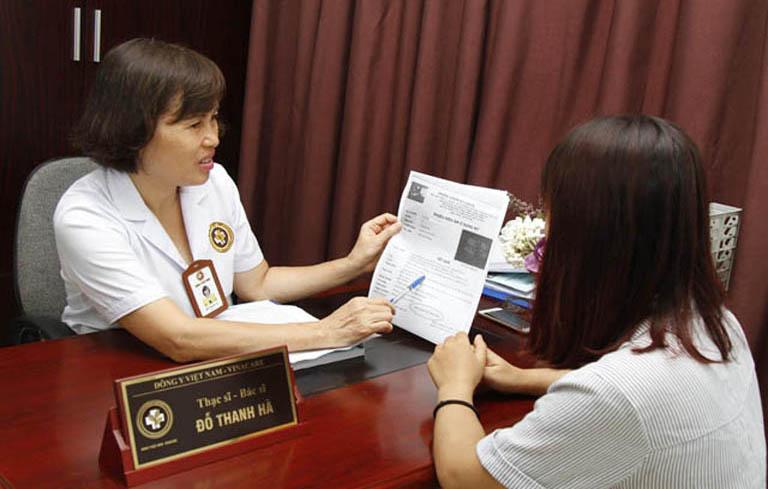Bác sĩ Hà luôn tận tình trong thăm khám cho bệnh nhân