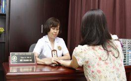 Bằng kinh nghiệm và chuyên môn suốt 40 năm khám chữa bệnh, bác sĩ Thanh Hà đã nhanh chóng giúp bạn gái gạt bỏ sự ngại ngùng, thoải mái chia sẻ về tình trạng của mình