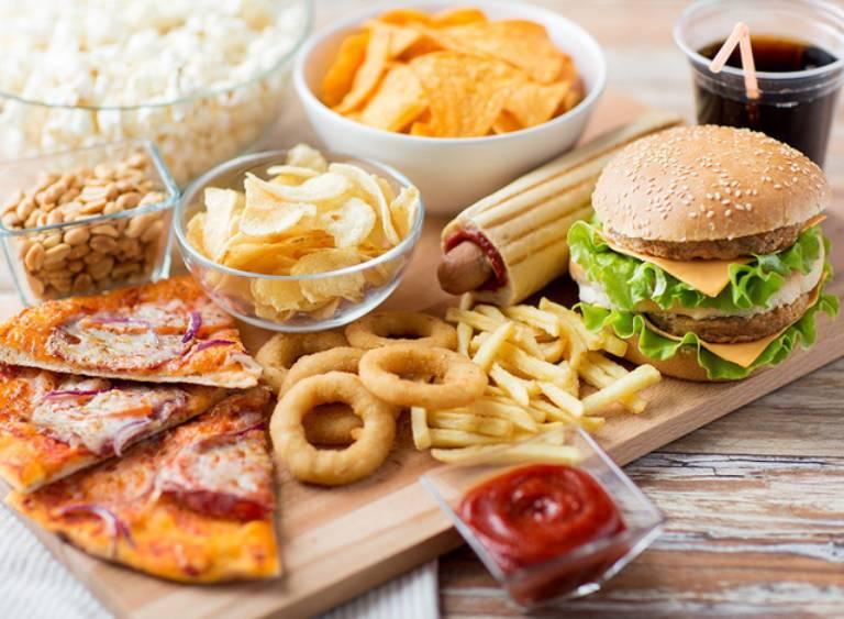Không nên cho bé sử dụng nhiều thức ăn nhanh, đồ ăn cay nóng