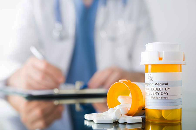 Sử dụng thuốc kháng sinh, thuốc giảm đau điều trị bệnh áp xe răng theo chỉ định của bác sĩ hoặc nha sĩ