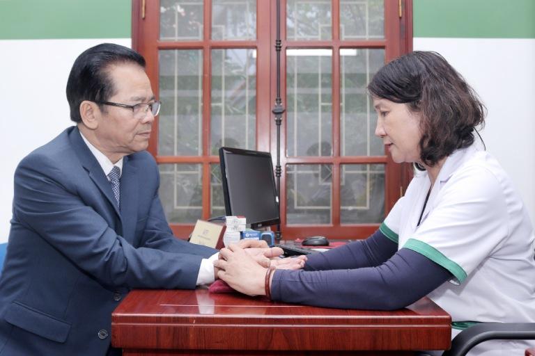BS Tuyết Lan thăm khám bệnh kỹ lưỡng cho NSND Trần Nhượng trước khi chỉ định liệu trình điều trị thứ 2