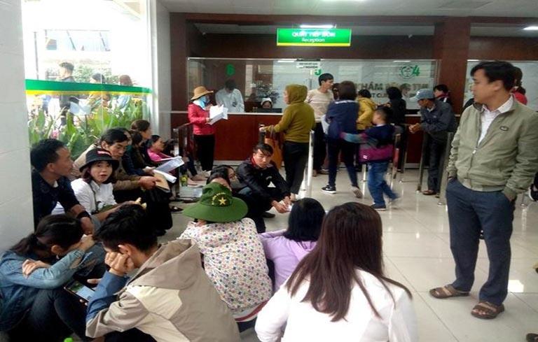 Vì là bệnh viện tuyến trên nên bệnh viện Bạch Mai thường rơi vào tình trạng quá tải
