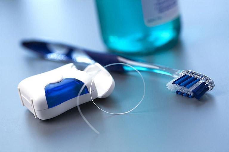 Thường xuyên vệ sinh răng miệng sạch sẽ để loại bỏ các loại vi khuẩn gây bệnh nhiệt miệng và một số bệnh lý răng miệng khác