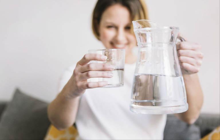 Bị trễ kinh nên uống gì - Chị em nên uống nhiều nước