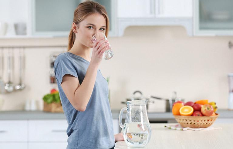 Uống từ 1,5 - 2 lít nước mỗi ngày giúp bổ sung độ ẩm cho da