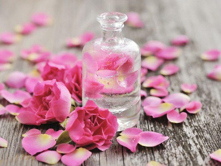 Trong các bước chăm sóc da không thể thiếu nước hoa hồng.