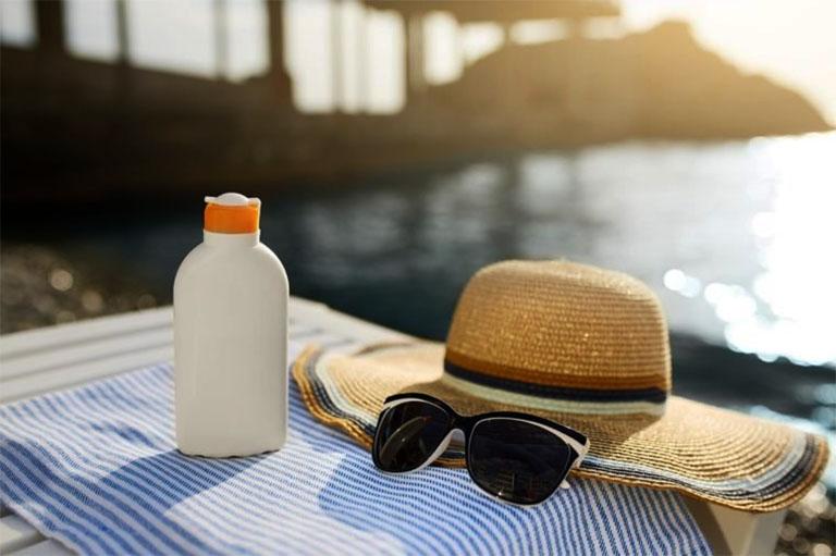 Bôi kem chống nắng và sử dụng một số vật dụng cần thiết trước khi đi ra ngoài trời nắng để phòng tránh tình trạng nám da