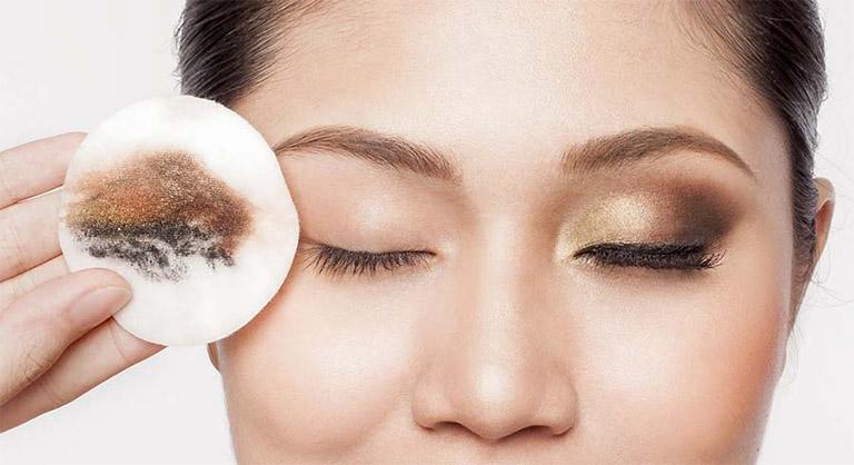 Tẩy trang da mặt là một trong những bước đầu tiên và được xem là quan trọng nhất trong quy trình chăm sóc da cơ bản