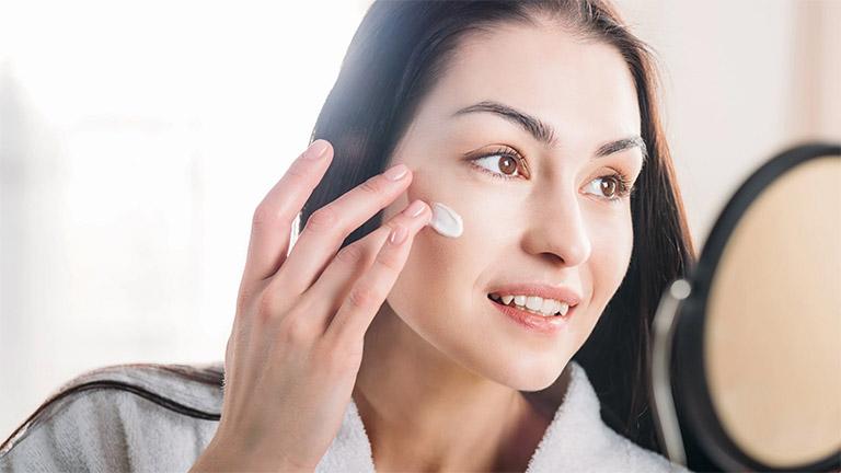 Sử dụng kem dưỡng ẩm, serum hoặc các sản phẩm đặc trị cho da mặt