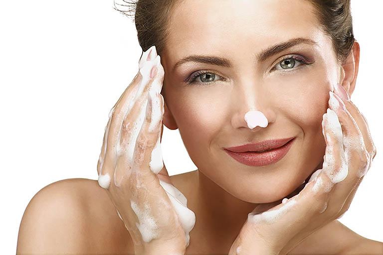 Không quên làm sạch da để chăm sóc da mặt bị nám