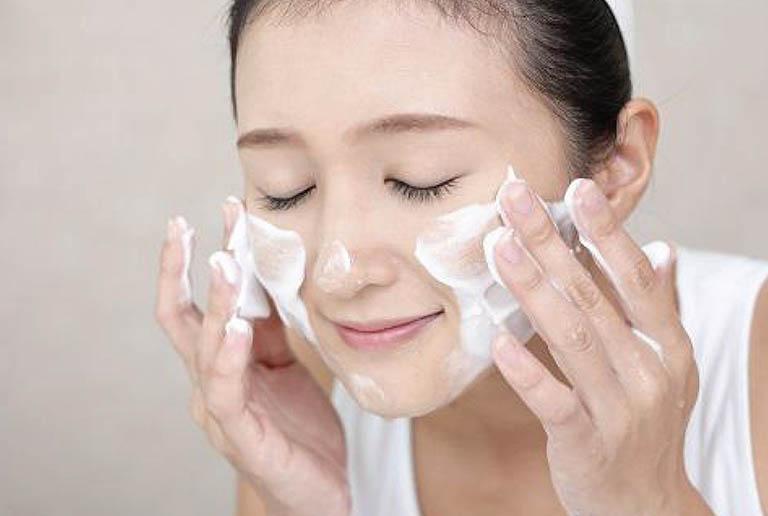 Làm sạch da bằng sữa rửa mặt thích hợp