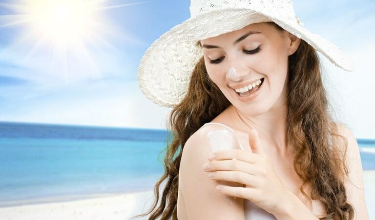Đừng bao giờ quên dùng kem chống nắng và che chắn kỹ khi ra đường để bảo vệ da.