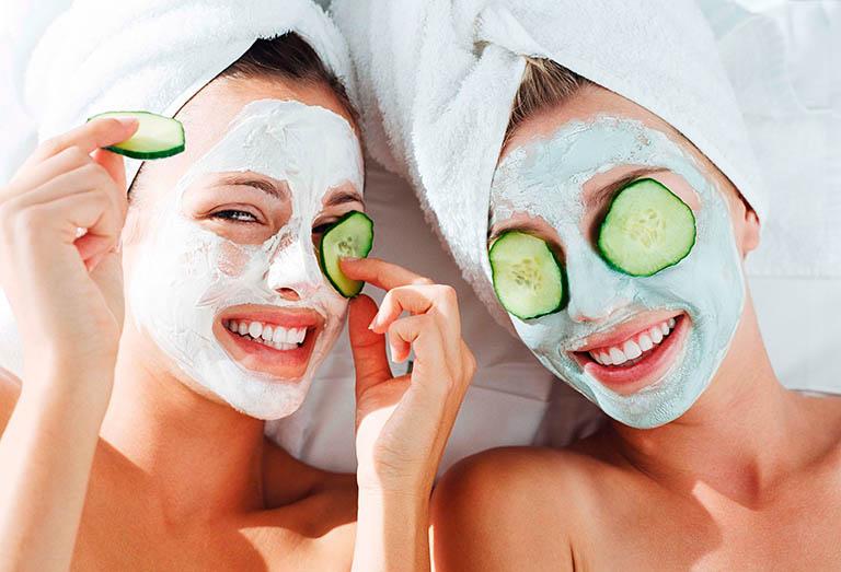 Đắp mặt nạ làm sáng và bảo vệ da