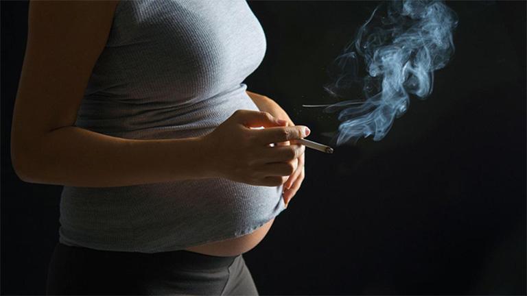 Bà bầu tuyệt đối không nên sử dụng thuốc lá và hạn chế lại gần những khu có nhiều khói thuốc lá