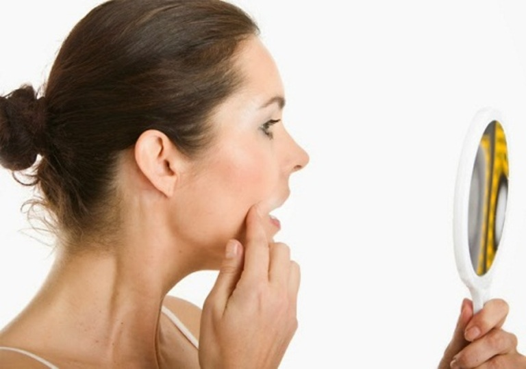 Nhận biết da dầu thông qua quan sát và dùng giấy thấm dầu.
