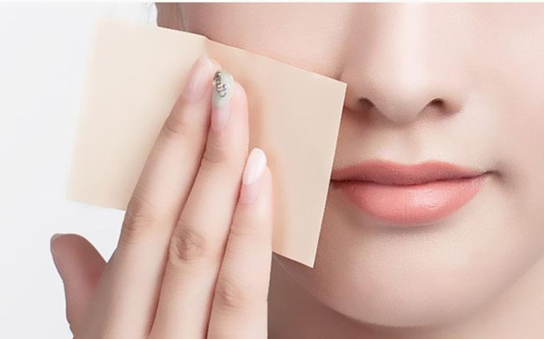 Dùng giấy thấm dầu là giải pháp kiểm soát lượng dầu trên da hiệu quả. Tuy nhiên, lạm dụng có thể gây khô da.