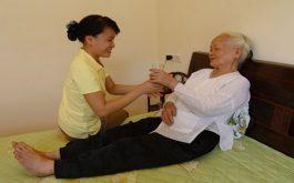 Chăm sóc người lớn tuổi bị tai biến là vấn nhiều gia đình cần quan tâm
