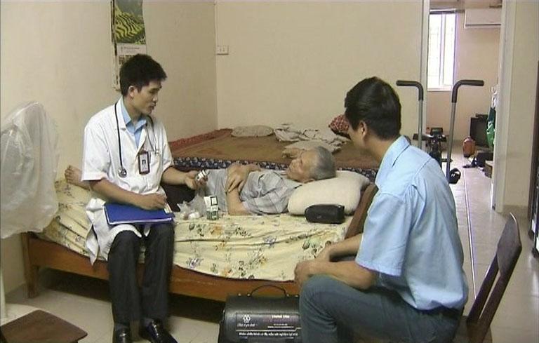 Thăm khám sức khỏe và chăm sóc cho người bệnh