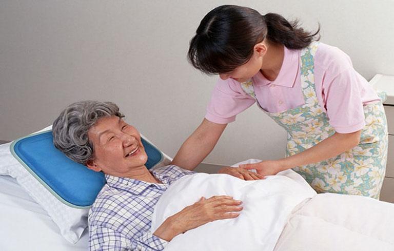 Chăm sóc và quan sát sức khỏe người lớn tuổi thường xuyên để ngăn ngừa bệnh