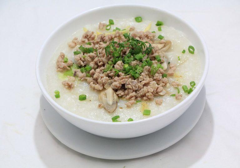 Chú ý cho trẻ ăn thức ăn mềm và lỏng khi bị nhiệt miệng hoặc viêm lợi.