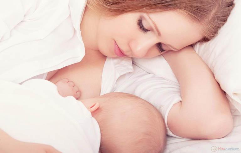 Cho con bú ngay sau khi sinh để gọi sữa về