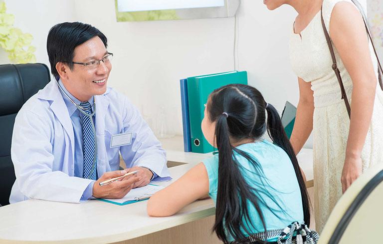 Đưa trẻ đi khám khi chữa viêm tai giữa bằng tỏi không hiệu quả