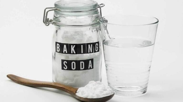 Một trong những ứng dụng nổi bật của baking soda là làm nước súc miệng chữa ê buốt răng. Ngoài ra nó còn làm cho răng trắng sáng.