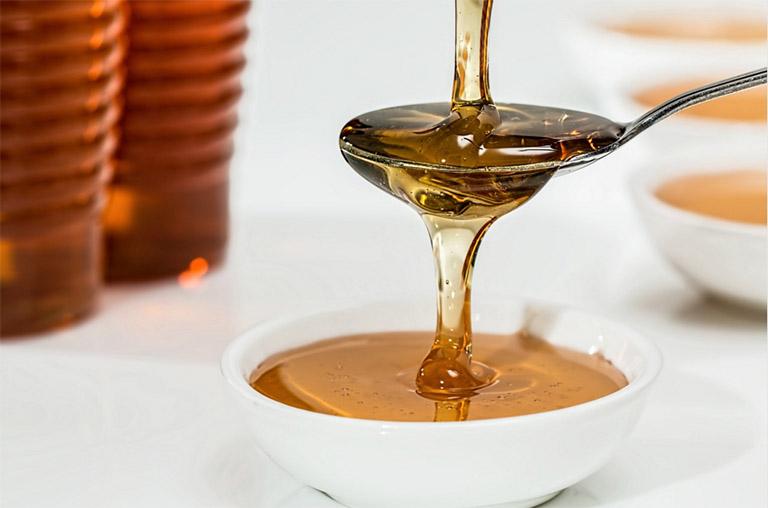 Dùng mật ong để bôi trực tiếp lên vết loét do bệnh nhiệt miệng gây ra hoặc pha cùng với một ít nước ấm để súc miệng