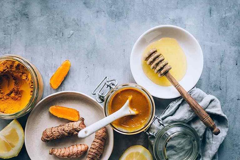 Trị nhiệt miệng bằng hỗn hợp mật ong và tinh bột nghệ - Người bệnh không nên bỏ qua