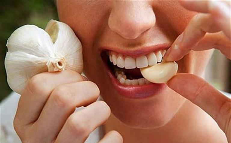 Thành phần hoạt chất bên trong tỏi có khả năng kháng viêm và giảm đau nhanh chóng