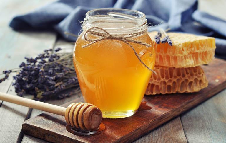 Mật ong có khả năng kháng khuẩn giúp loại bỏ vi khuẩn gây hại và hỗ trợ điều trị viêm lợi