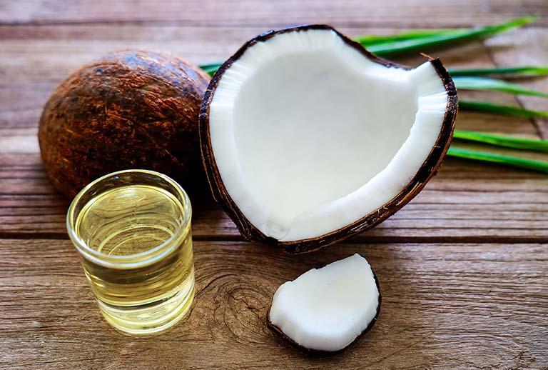 Súc miệng với dầu dừa điều trị bệnh viêm lợi