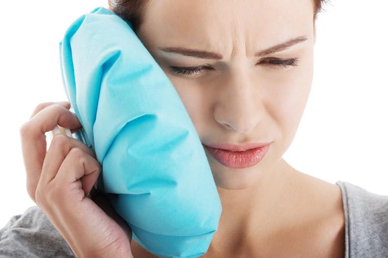 Chườm đá lạnh giúp làm tê liệt các dây thần kinh và giảm đau răng hiệu quả