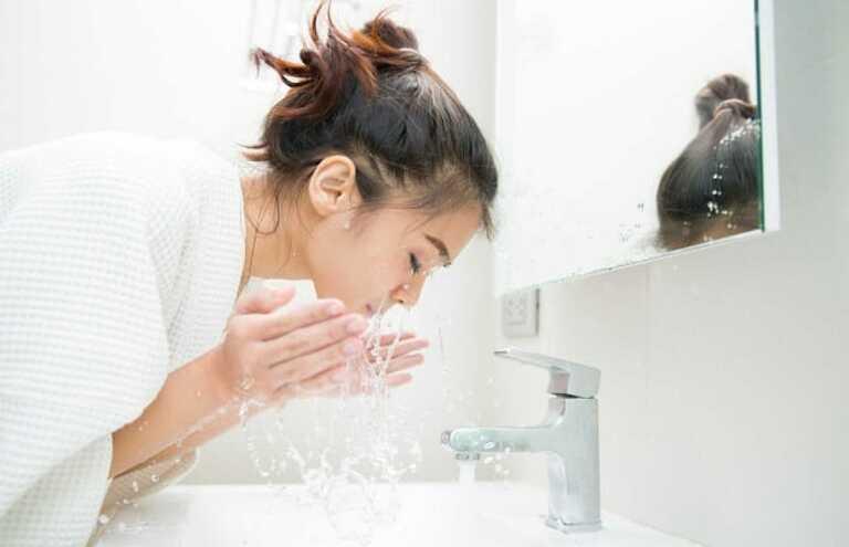 Rửa mặt quá nhiều lần trong ngày không khiến da bớt dầu nhờn mà ngược lại còn kích thích tuyến bã nhờn hoạt động nhiều hơn.